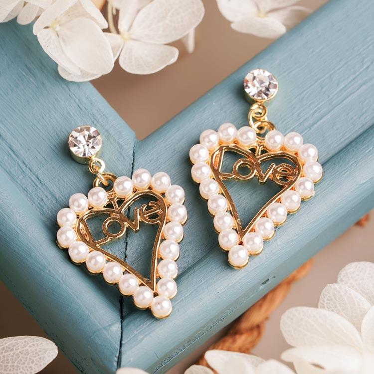 場景展示: 簍空愛心珍珠LOVE 耳針/無耳洞黏貼式耳環