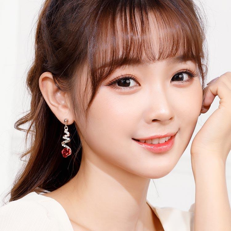 模特兒配戴展示: 時尚螺旋鑲鑽玫瑰 耳針/無耳洞黏貼式耳環