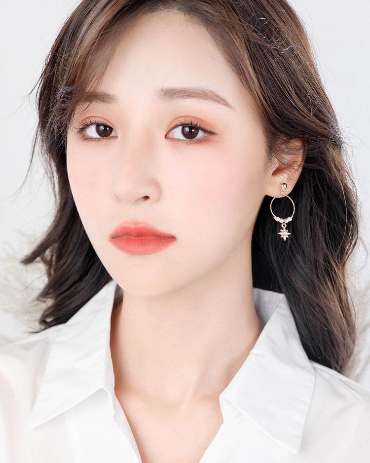 時尚簍空圓環珍珠芒星 耳針/無耳洞黏貼式耳環  模特兒展示