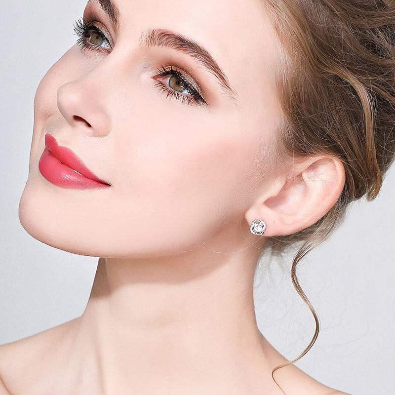 精巧可愛的鑲鑽四葉草,閃爍著翩翩的典雅銀光,讓您展現優雅可人的清新氣息,全新研發黏貼式設計,免除穿/夾耳洞所造成的不適感,美美打扮更輕鬆