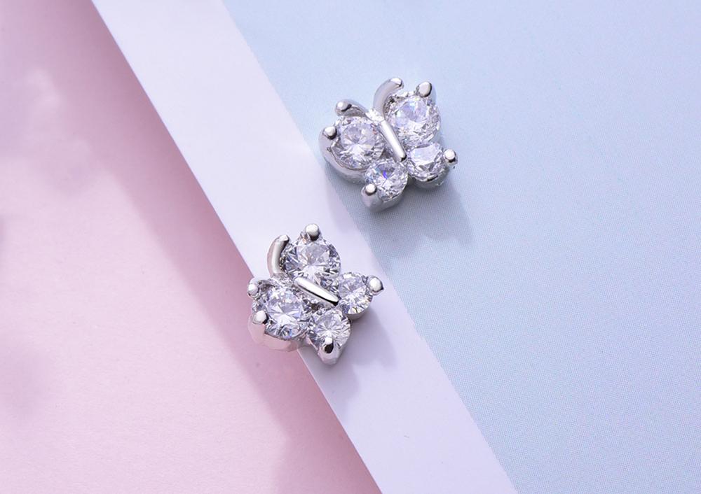 氣質水鑽蝴蝶黏式耳環,桌上展示。