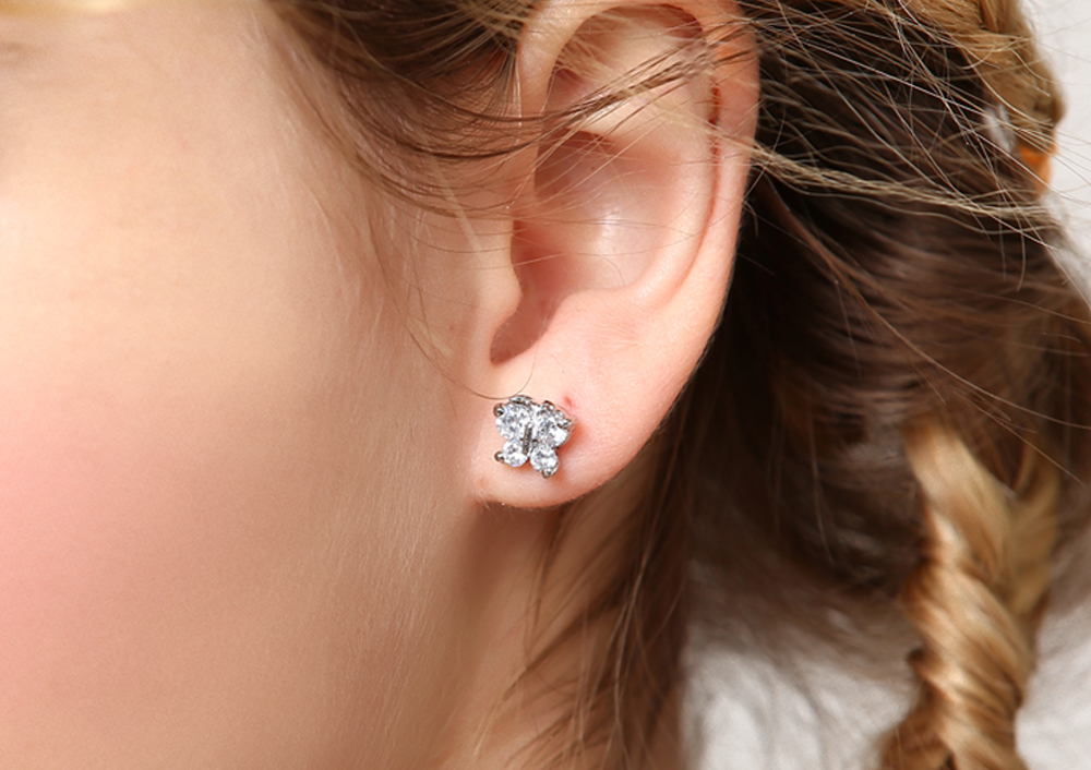 模特兒配戴展示:精緻水鑽鑲嵌,讓優雅的蝴蝶更加生動,創新黏貼式耳環設計,免除穿/夾耳洞所造成的不適感,讓您氣質滿分。
