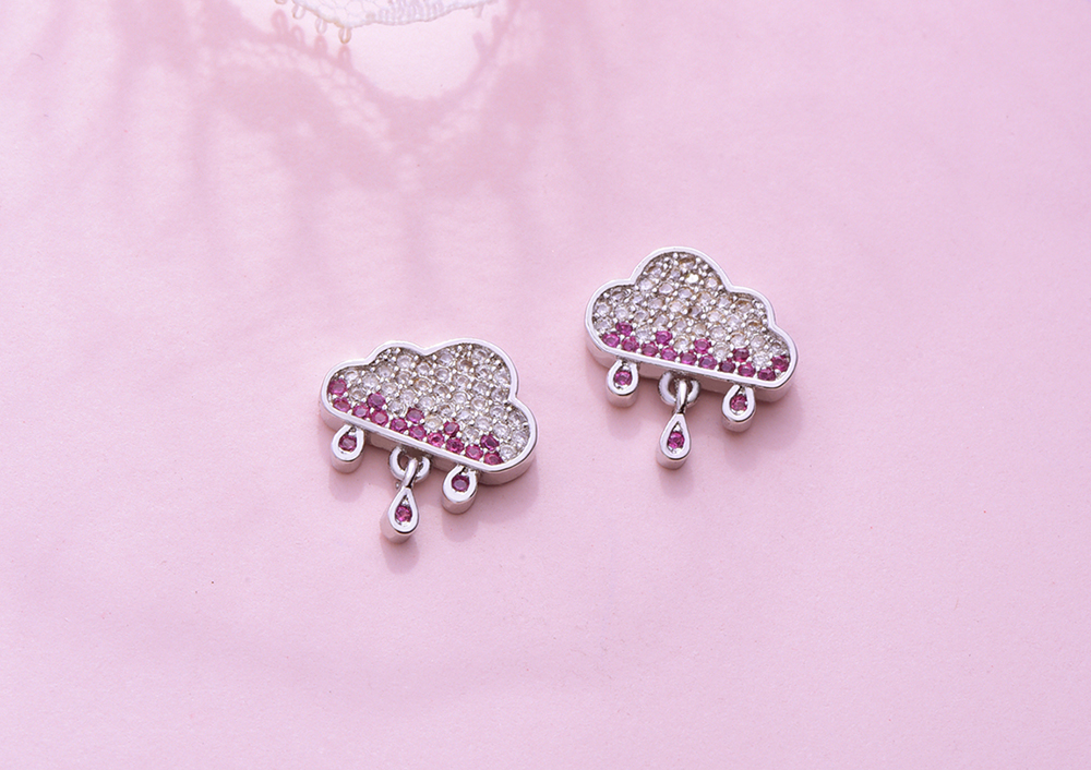 可愛雲朵雨滴水鑽黏式耳環,桌上展示。