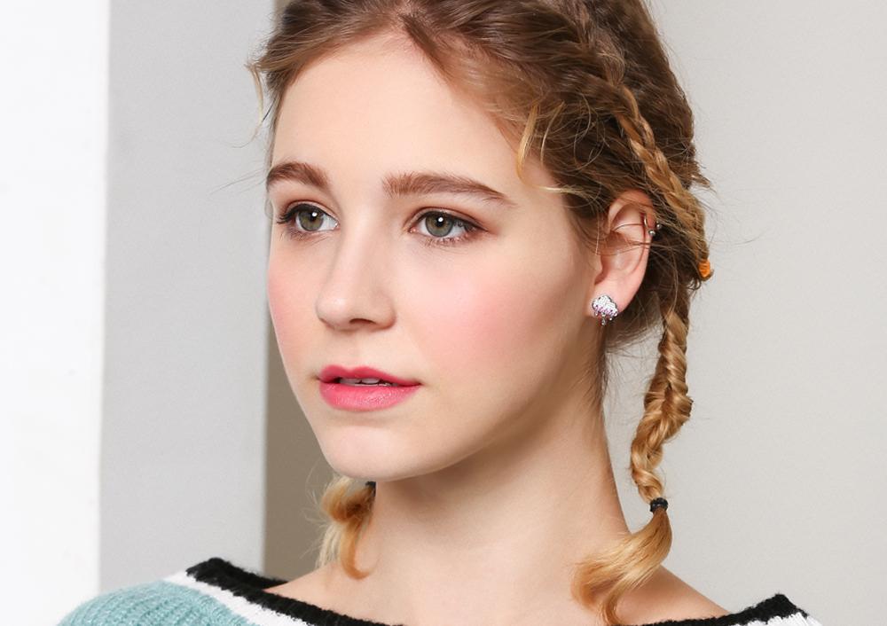模特兒配戴展示:可愛的雲朵雨滴造型,可愛又萌趣,無耳洞黏貼式設計,免除長時間配戴耳夾/夾式耳環的不舒適感,讓您輕鬆展現俏皮風情。