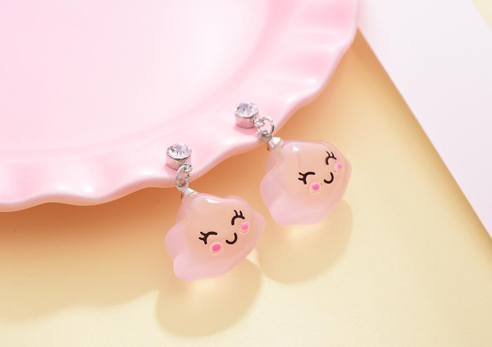 童趣微笑雲朵黏式耳環,桌上展示。