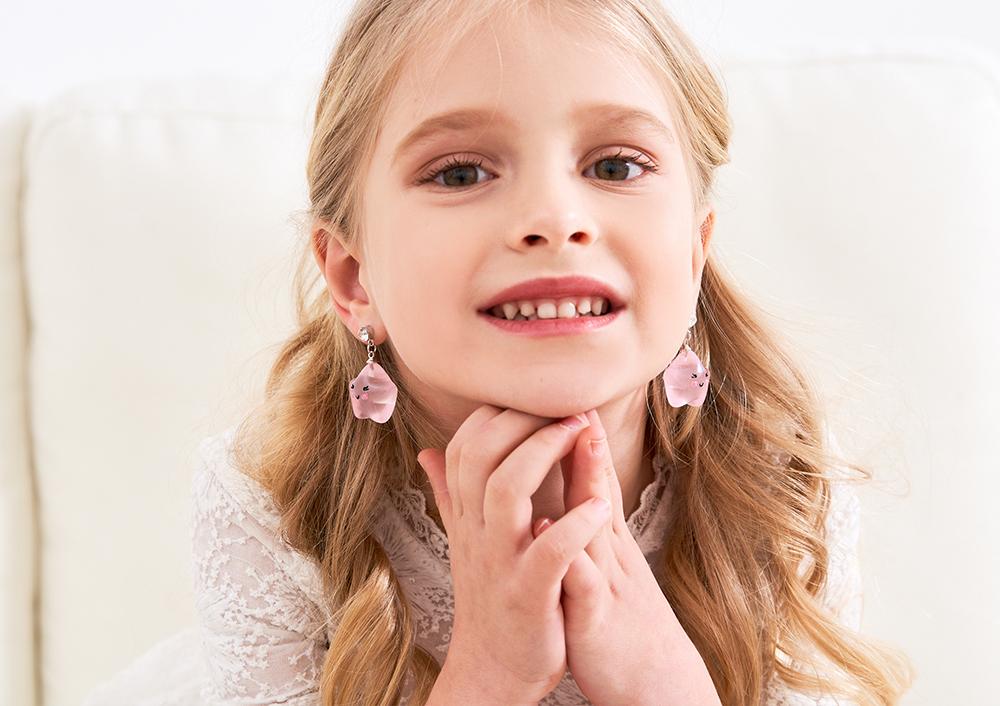 模特兒配戴展示:笑容滿面的可愛雲朵/星星,逗趣可愛!免穿耳洞的黏貼式設計,免除配戴耳夾/耳針的不適感,讓妳可愛甜美輕鬆出門。