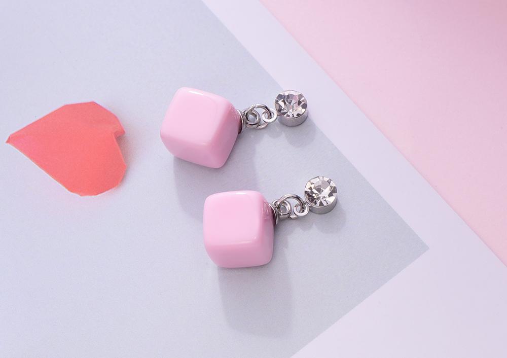 小可愛方塊黏式耳環,桌上展示。