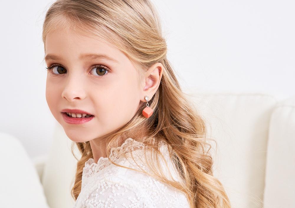 模特兒配戴展示:逗趣時尚,粉嫩的小方塊點亮你的耳側,無耳洞黏貼式設計,免除長時間配戴耳夾/夾式耳環的不舒適感。