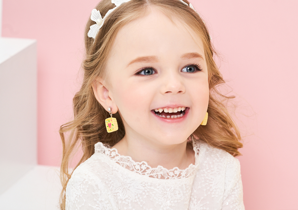 模特兒配戴展示:點心派造型的童趣味讓您可愛度滿分,免穿耳洞的黏貼式設計,免除配戴耳夾/耳針的不適感,讓妳美美打扮輕鬆外出。