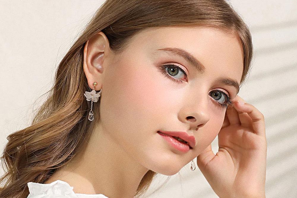 模特兒配戴展示:清新優雅,立體有型雛菊造型,無耳洞黏貼式設計,免除長時間配戴耳夾/夾式耳環的不舒適感,讓您輕鬆展現迷人風情。