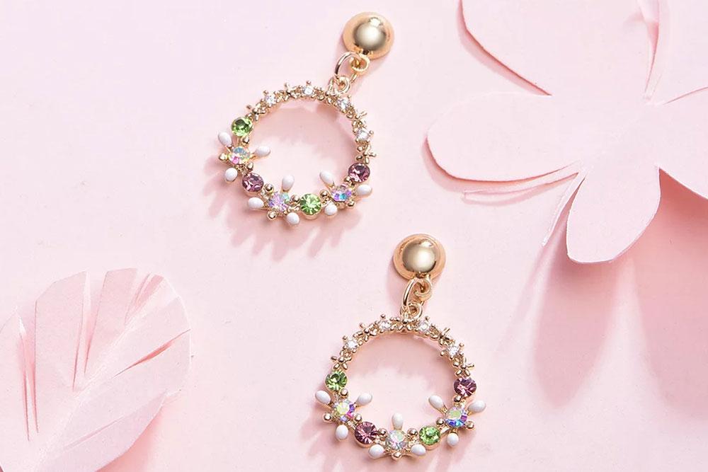 精緻圓圈花環設計,閃耀水鑽珠點綴,現出您的優雅氣質,創新黏貼式耳環設計,免除穿/夾耳洞所造成的不適感,讓您美麗無負擔。
