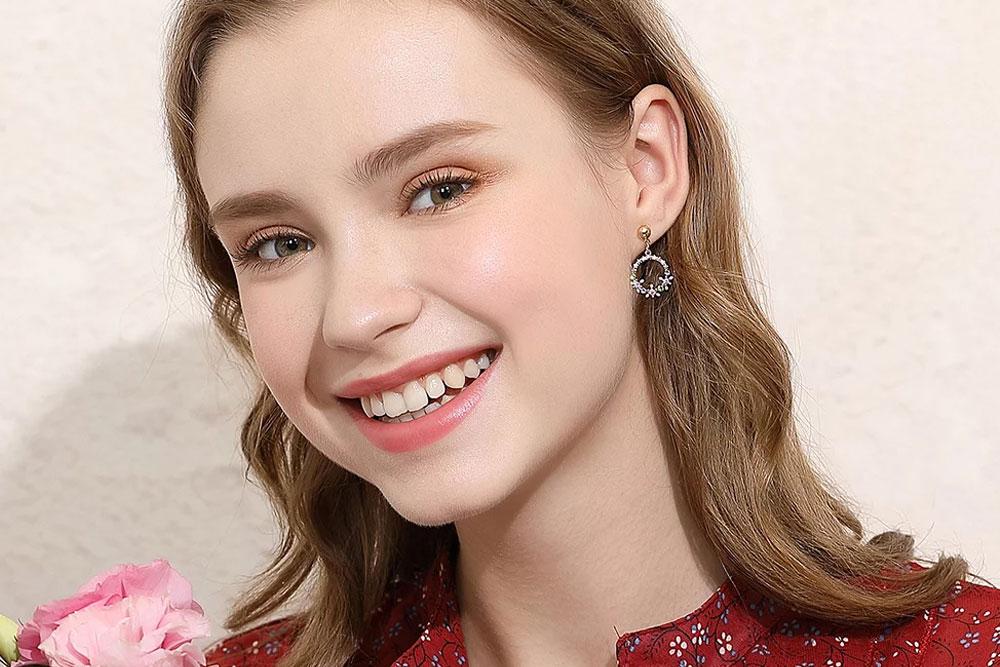 模特兒配戴展示:精緻圓圈花環設計,閃耀水鑽珠點綴,現出您的優雅氣質,創新黏貼式耳環設計,免除穿/夾耳洞所造成的不適感,讓您美麗無負擔。