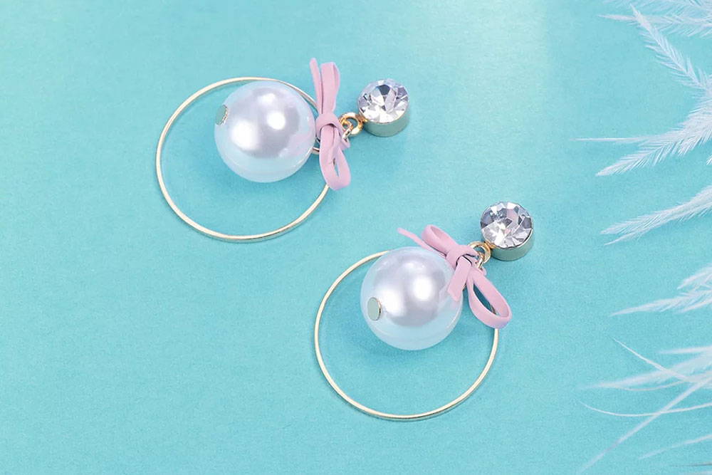 日系粉嫩公主風格,可愛蝴蝶結、潔白的珍珠點綴,展現出甜美可愛的氣息,全新研發黏貼式設計,免除穿/夾耳洞所造成的不適感,美美打扮更輕鬆。